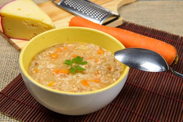 Brodo di zuppa di pollo caldo