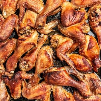 Ali e cosce di pollo calde su teglia, pollo al forno, vista dall'alto