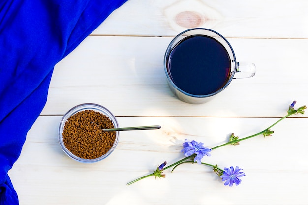 Bevanda calda senza caffeina alla cicoria. fiore di cicoria blu.