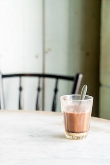Bicchiere di cioccolata calda sul tavolo