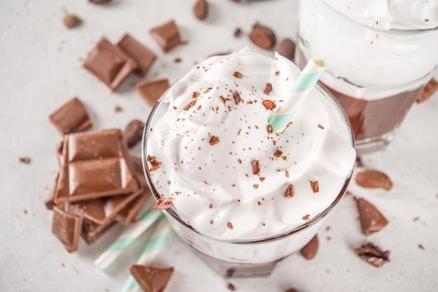 Milk shake al cioccolato caldo, cocktail alcolico freddo con gelato o panna montata, con fette di cioccolato