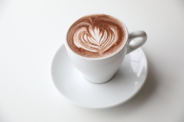 Cioccolata calda nella stanza di tono bianco