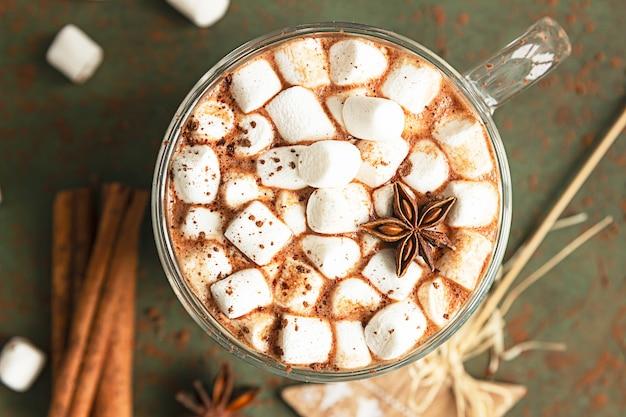 Cioccolata calda con marshmallow, anice, cannella e pezzi di cioccolato. accogliente concetto di vacanze.