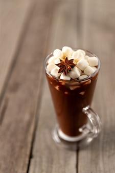 Cioccolata calda con marshmallow sulla tavola di legno con lo spazio della copia. ricetta del menu della bevanda calda invernale di natale