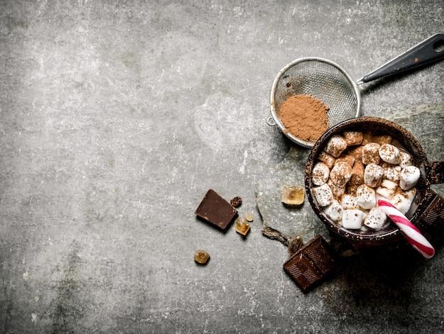 Cioccolata calda con marshmallow e cioccolato amaro su cemento