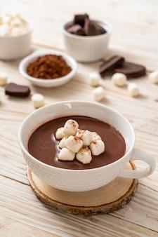 Cioccolata calda con marshmallow in tazza