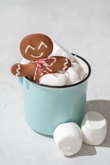 Cioccolata calda con marshmallow e biscotto di pan di zenzero