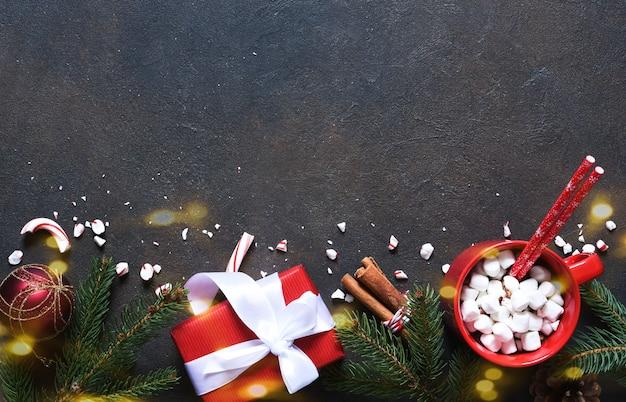 Cioccolata calda con marshmallow. bevanda calda invernale. decorazione del nuovo anno.