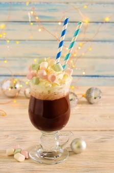 Cocktail caldo al caffè con panna montata e marshmallow