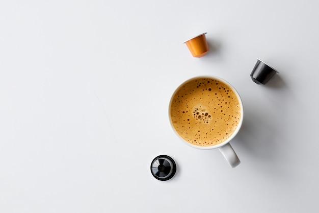 Tazza e capsule di caffè calde