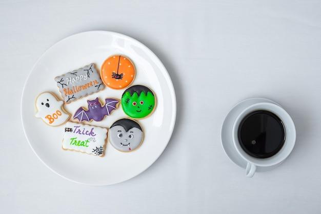 Tazza di caffè calda con divertenti biscotti di halloween. felice giorno di halloween, trucco o minaccia, ciao ottobre, autunno autunno, tradizionale, festa e concetto di vacanza