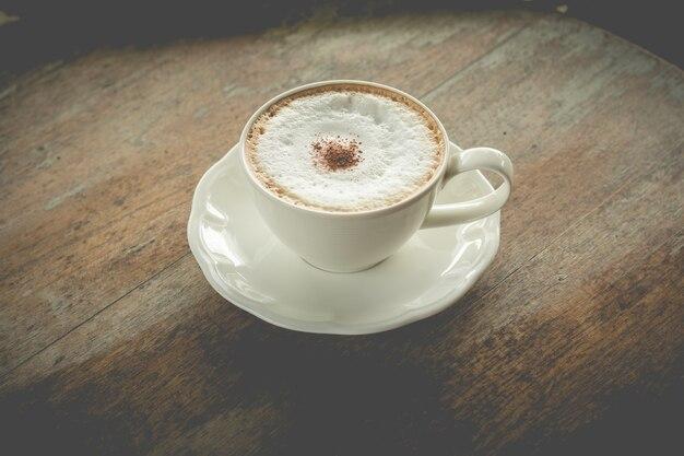 Caffè caldo moka con schiuma di latte in caffè vintage (effetto vintage)