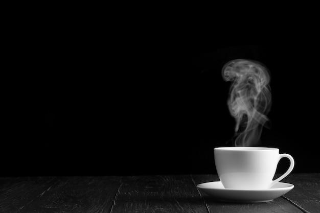 Caffè caldo sul tavolo su sfondo nero