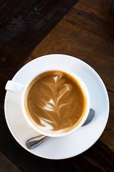 Caffè caldo sulla vista da tavolo