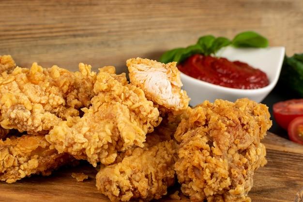 Pepite di pollo croccanti calde strisce di carne da vicino
