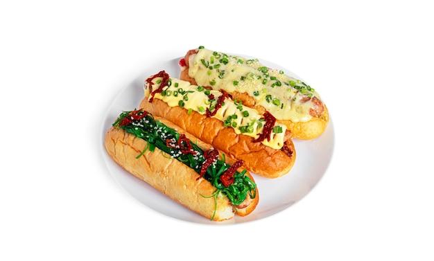 Hot dog isolato su uno sfondo bianco. hot dog con diversi ripieni. fast food isolato. foto di alta qualità