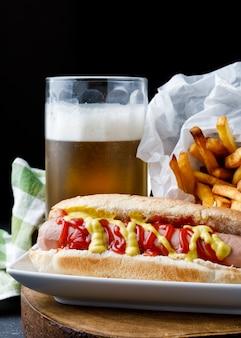 Hot dog con patatine fritte e birra