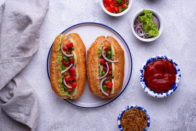 Hot dog con salse di salsiccia e verdure