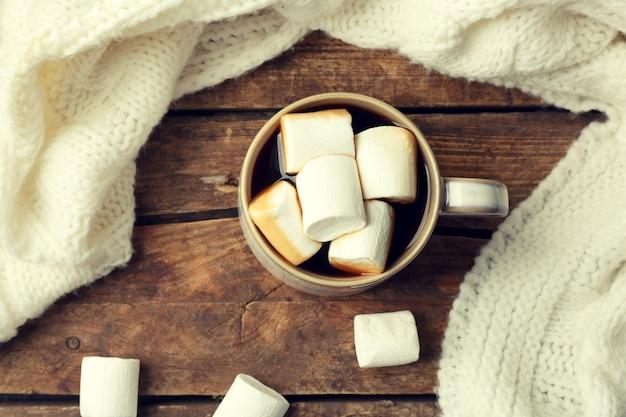 Bevanda calda con marshmallow sul tavolo, vista dall'alto