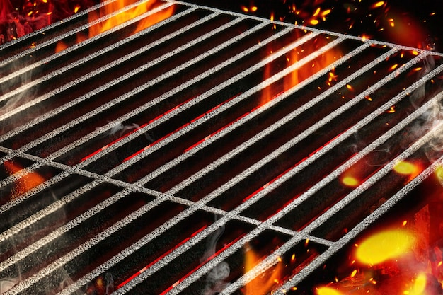 Griglia per barbecue barbecue estiva portatile vuota calda con fuoco fiammeggiante brillante