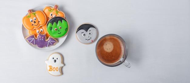 Caffè espresso caldo o tazza di cioccolato con divertenti biscotti di halloween. felice giorno di halloween, trucco o minaccia, ciao ottobre, autunno autunno, tradizionale, festa e concetto di vacanza