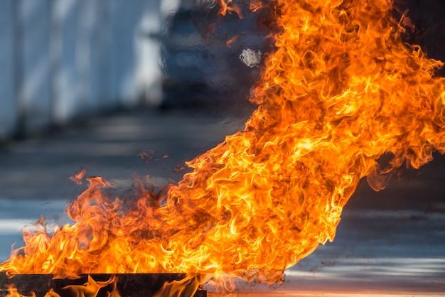Il fuoco caldo è stato acceso per illustrare il calore della fiamma ed è stato utilizzato per la lotta antincendio iniziale per i residenti di un condominio o di una città. introduzione al fuoco e antincendio. Foto Premium