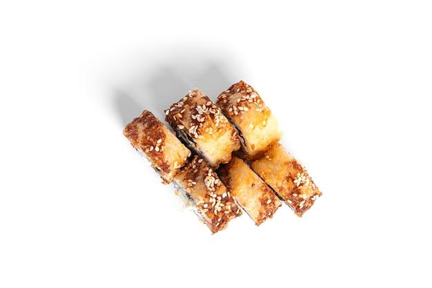 Rotolo di sushi fritto caldo con anguilla isolata. hosomaki.