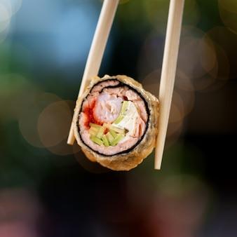 Rotolo di sushi fritto caldo con salmone e vino.