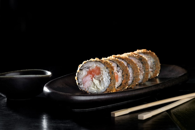 Rotolo di sushi fritto caldo con salmone.