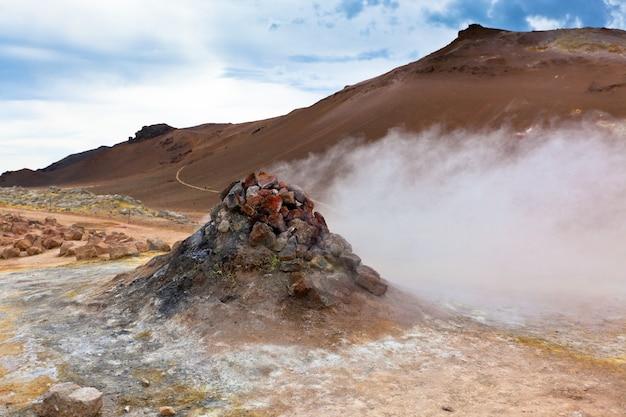 Zona geotermica calda hverir, islanda. inquadratura orizzontale
