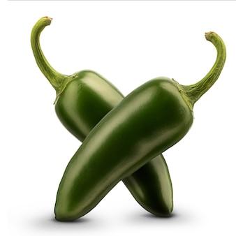 Peperoncino verde caldo o peperoncino isolato su priorità bassa bianca.