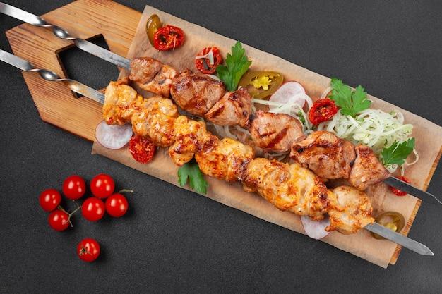 Shish kebab di pollo grigliato caldo, con pomodorini,