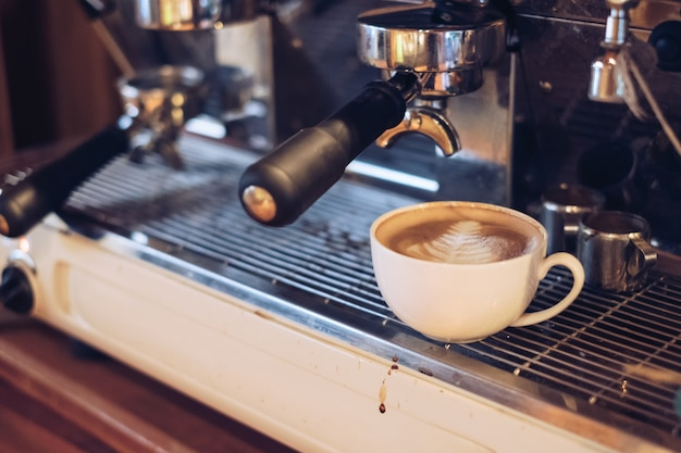 Forma di foglia di caffè latte caldo sulla barra della caffettiera