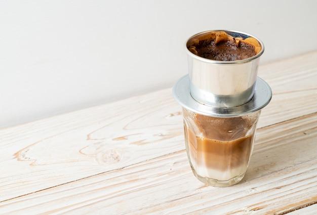 Caffè al latte caldo che gocciola in stile vietnamita - saigon o caffè vietnamita