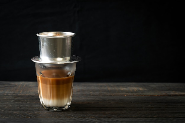Caffè al latte caldo che gocciola in stile vietnam - saigon o caffè vietnamita