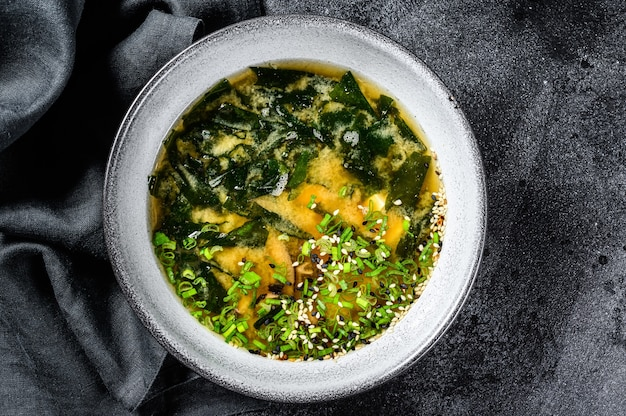 Zuppa di miso calda in una ciotola