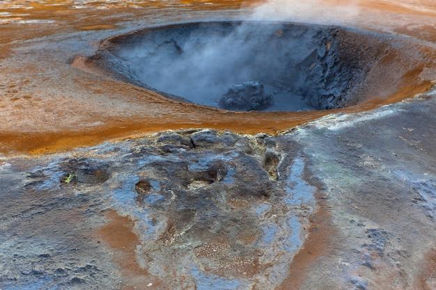 Vasi di fango caldo nell'area geotermica hverir, islanda. inquadratura orizzontale
