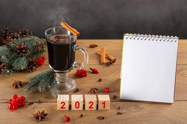 Vin brulè caldo, albero di natale, decorazioni, coni, lista delle cose da fare 2021