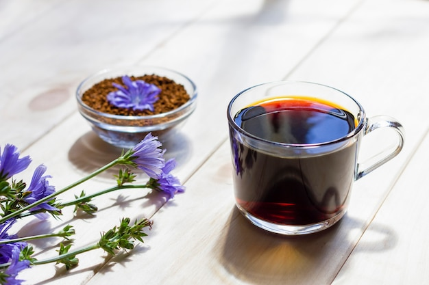 Bevanda calda naturale di cicoria senza caffeina in una tazza trasparente
