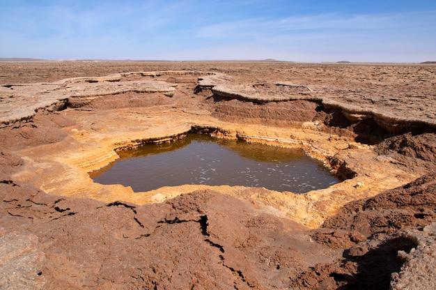 Lago dell'olio caldo (lago petrolifero) al vulcano dallol, depressione di danakil, etiopia. africa