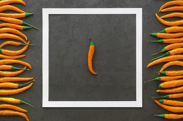 Peperoncino piccante all'arancia. pepe cileno su sfondo nero.