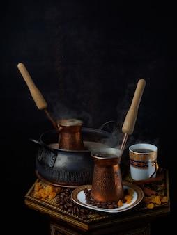 Caffè orientale caldo sulla sabbia