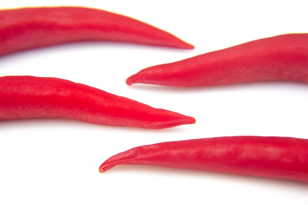 Peperoncino fresco rosso piccante su sfondo bianco