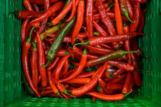 Peperoncino rosso caldo in scatole in un supermercato