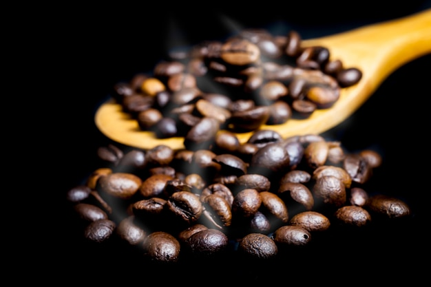 Caffè tostato caldo su sfondo nero.