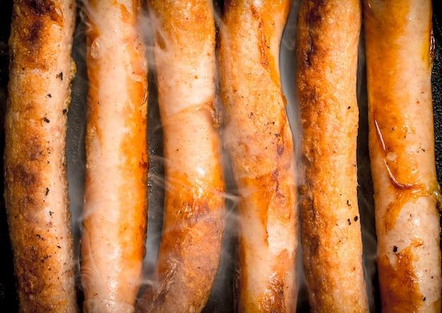 Salsicce calde in padella. vista dall'alto