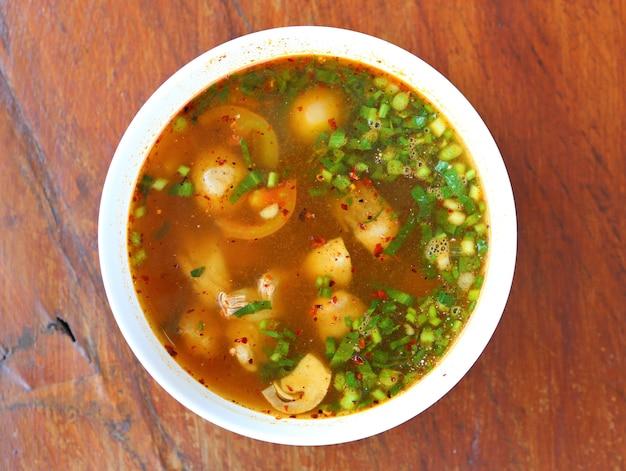 Zuppa calda e speziata con costine di maiale e funghi. vista dall'alto.