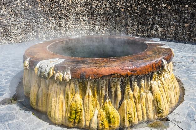 Le sorgenti di acqua calda raggruppano al parco pubblico di raksawarin in ranong, tailandia del sud