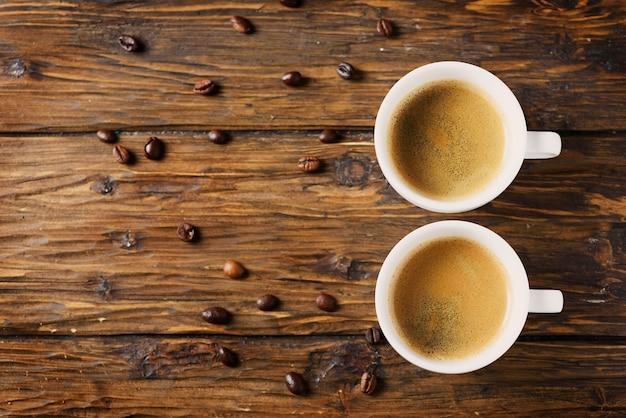 Caffè forte caldo sulla tavola di legno, fuoco selettivo