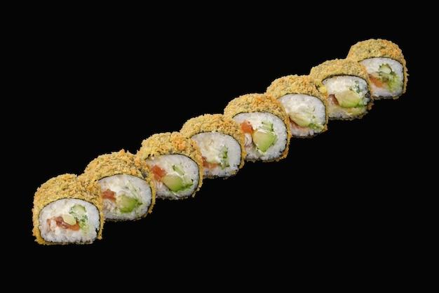 Rotolo di sushi caldo salmone, anguilla, formaggio philadelphia, avocado, cetriolo. isolato